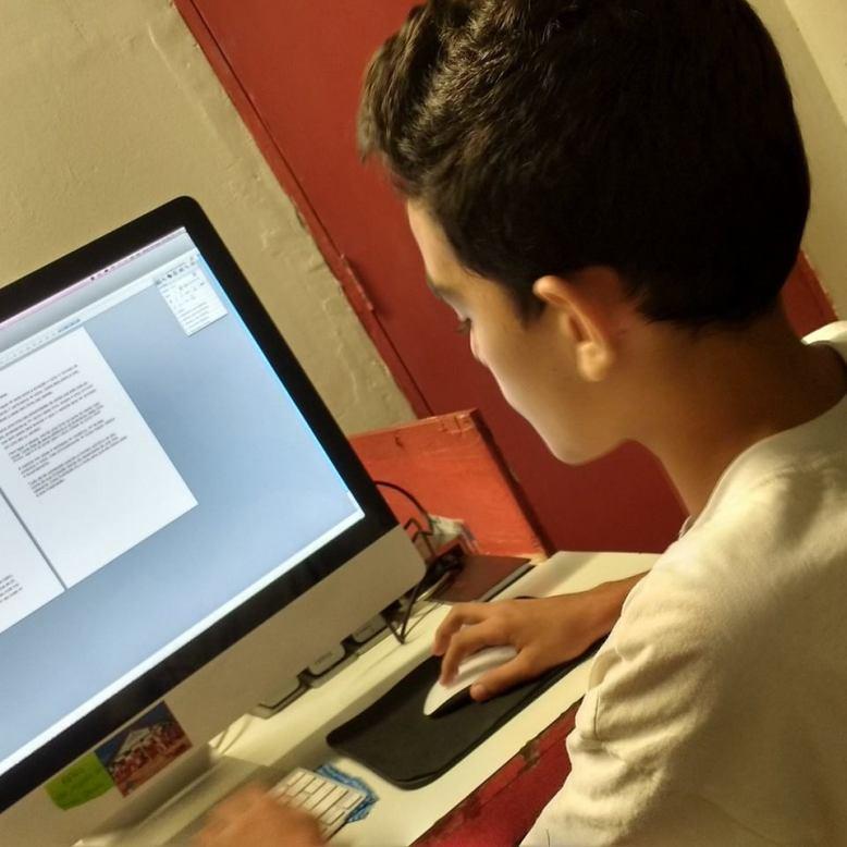 Eduardo elaborando roteiro na casa grande fm