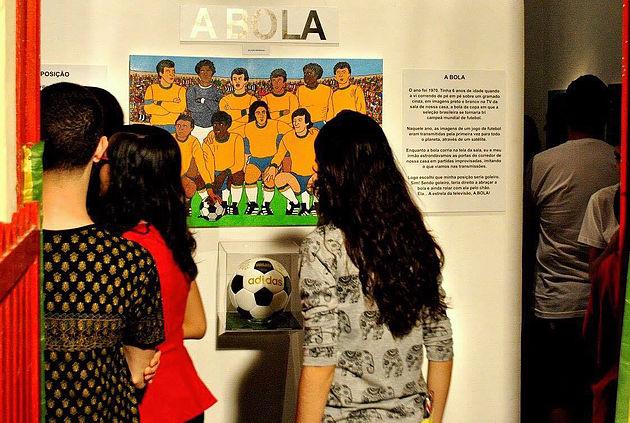 Público em visitação á exposição A BOLA